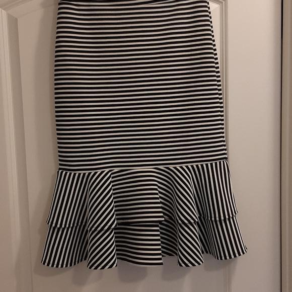 Banana Republic skirt with ruffled bottom. New.